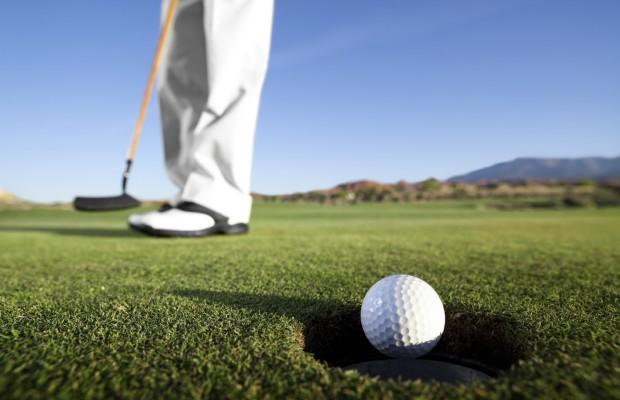 luxury-golfer-putting